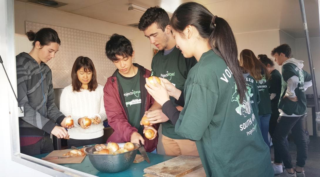 南アフリカ共和国でコミュニティ活動に活躍する高校生ボランティア